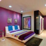 Современная спальная комната в фиолетовом цвете
