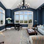 Синий цвет в интерьере просторной гостиной