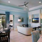 Нежно-голубой цвет в гостиной