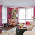 Розовый цвет в интерьере гостиной - фото