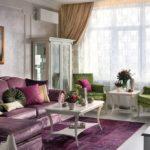 Сиреневый в интерьере гостиной