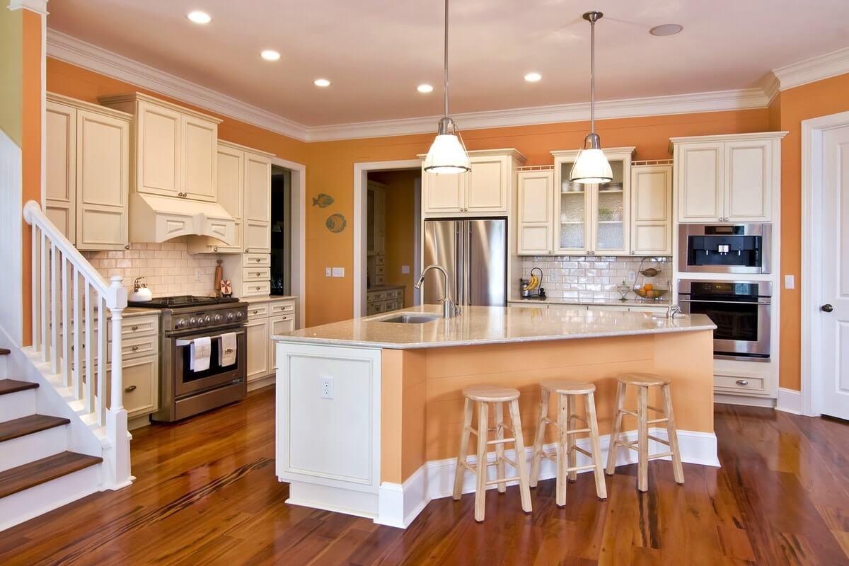 Персиковый цвет на кухне сочетается с