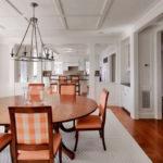 Мебель персикового цвета в интерьере столовой