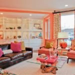 Яркий персиковый тон в интерьере гостиной