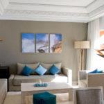 Триптих в интерьере гостиной комнаты - фото