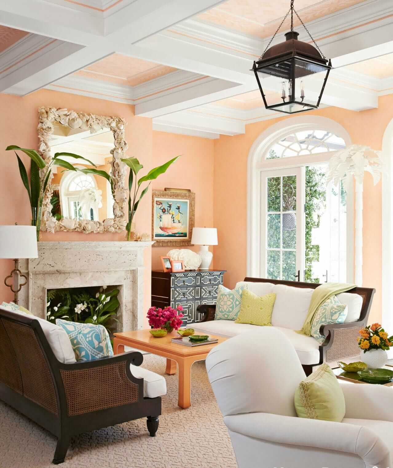 Персиковые стены в интерьере гостиной
