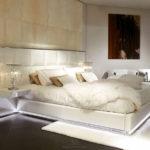 Стильный интерьер спальни с led-подсветкой в кровати