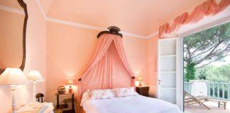 Стильная спальня в персиковом цвете