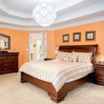 Персиковый цвет в интерьере спальной комнаты
