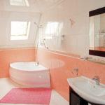 Персиковый цвет в интерьере ванной