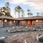 Дом в стиле ранчо из дерева и камня