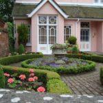 Регулярный сад у дома - фото