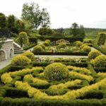 Красивый регулярный сад у дома