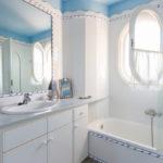 Ванная в белом цвете - фото