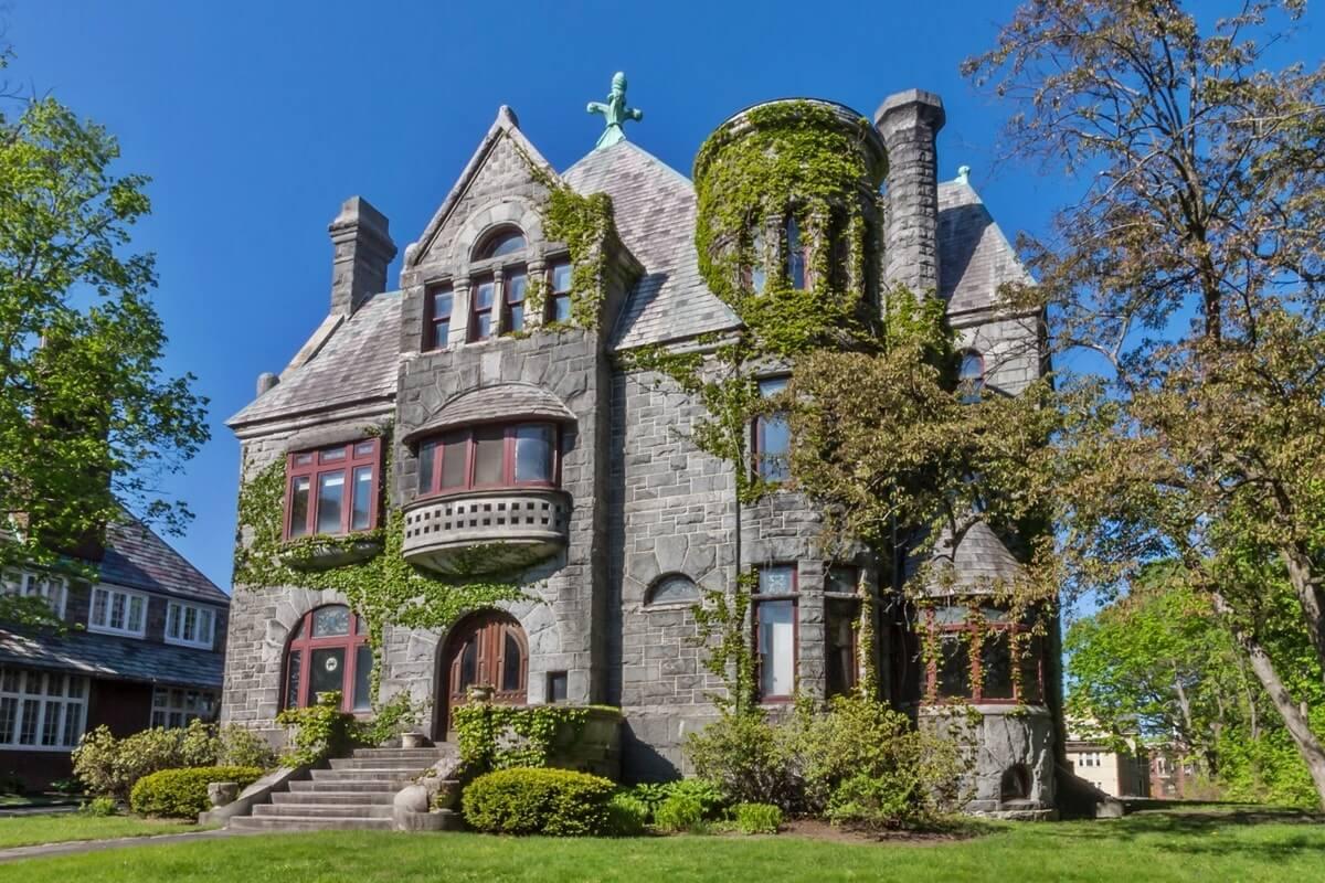 Дом в романском стиле