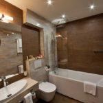 Коричневый цвет в интерьере ванной - фото