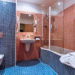 Дизайн ванной в оранжевом цвете - фото