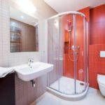 Оранжевый цвет в интерьере ванной - фото