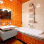 Оранжевая плитка в интерьере ванной