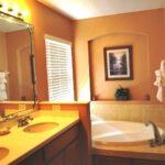 Персиковый цвет в интерьере ванной - фото