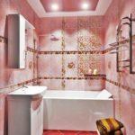 Розовая плитка в интерьере ванной комнаты - фото