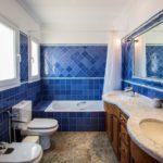 Синий в оформлении ванной - фото