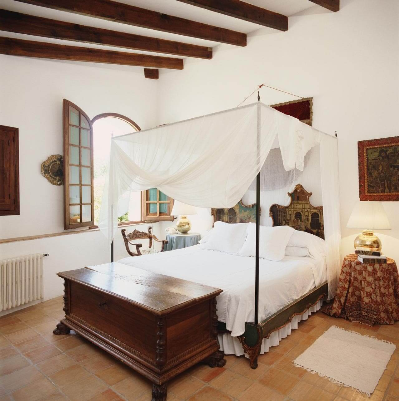 Спальня в романском стиле