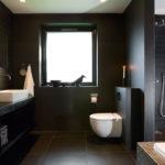 Черный цвет в интерьере ванной - фото