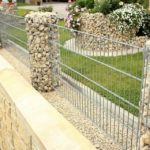 Забор из габионов в саду