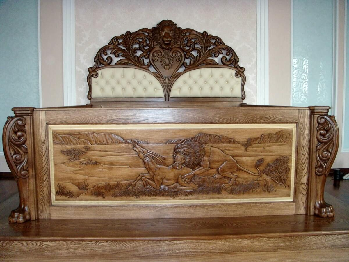 Кровать из массива в интерьере спальни