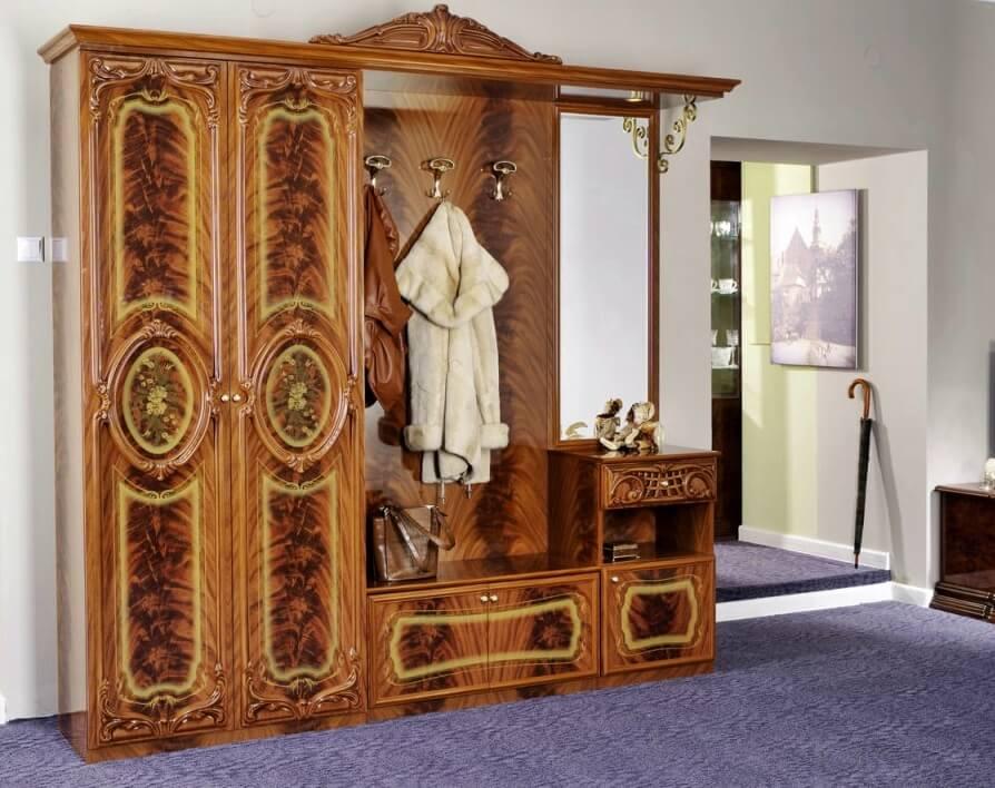 Резная мебель в интерьере прихожей