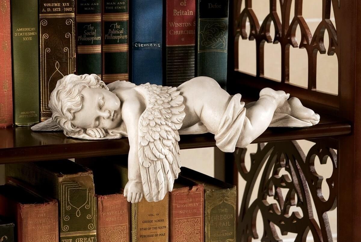 Статуэтка ангела для интерьера в готическом стиле