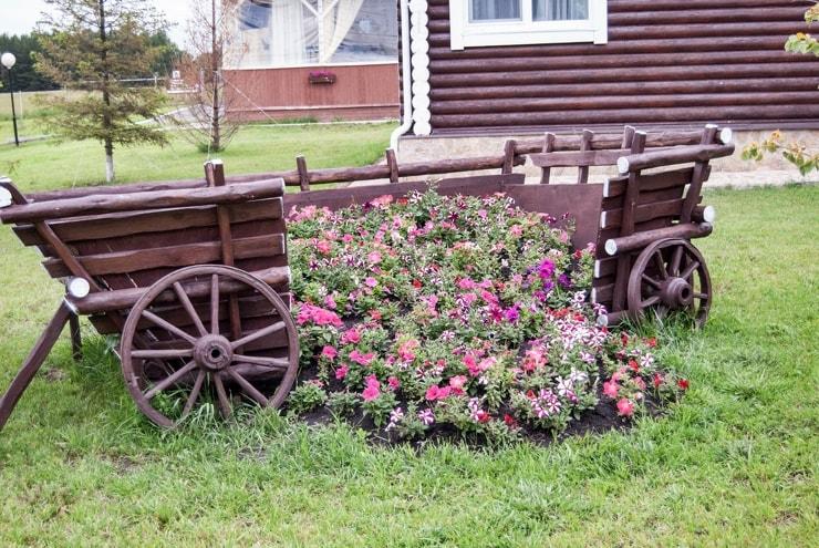Телега с цветами в стиле кантри