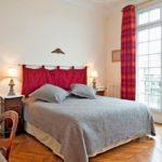 Интерьер спальной комнаты в парижском стиле