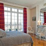 Интерьер спальной комнаты в парижском стиле - фото