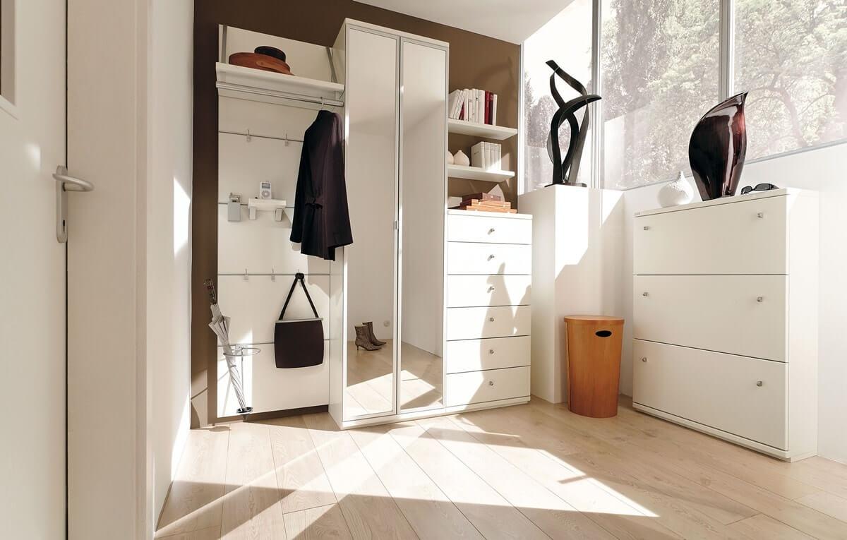 Мебель с зеркальной отделкой в интерьере прихожей