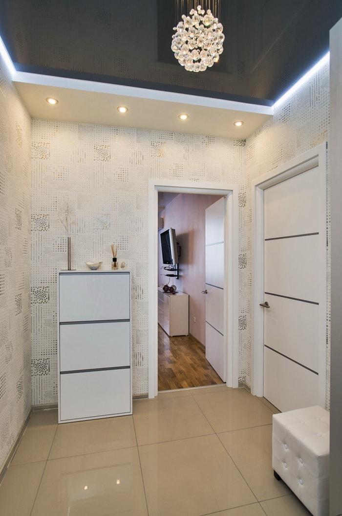 Подвесной потолок с подсветкой в интерьере прихожей