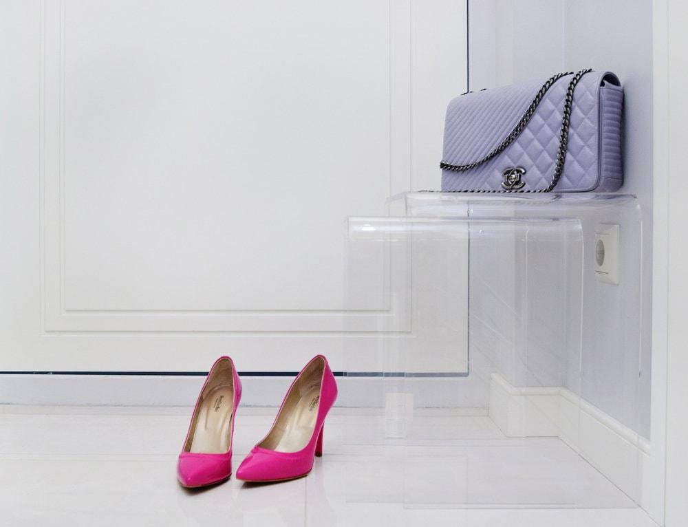 Прозрачная мебель в интерьере прихожей