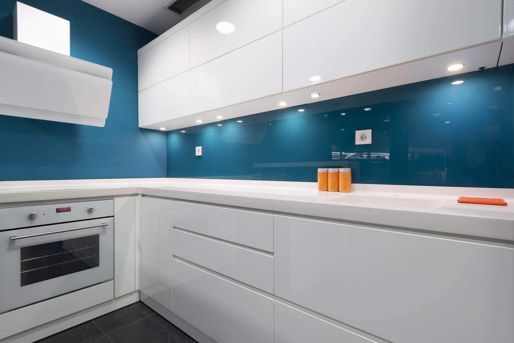 Стеклянный кухонный фартук с подсветкой