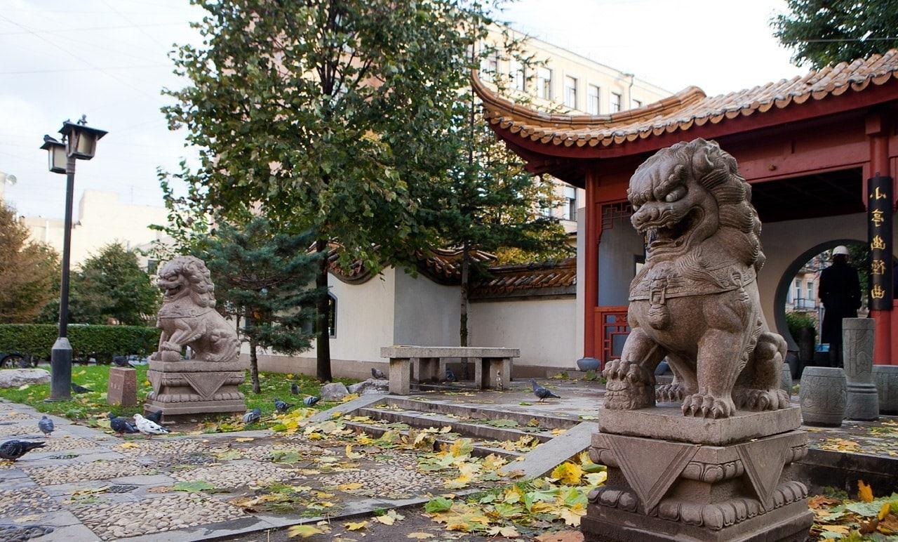 Каменные львы в китайском саду