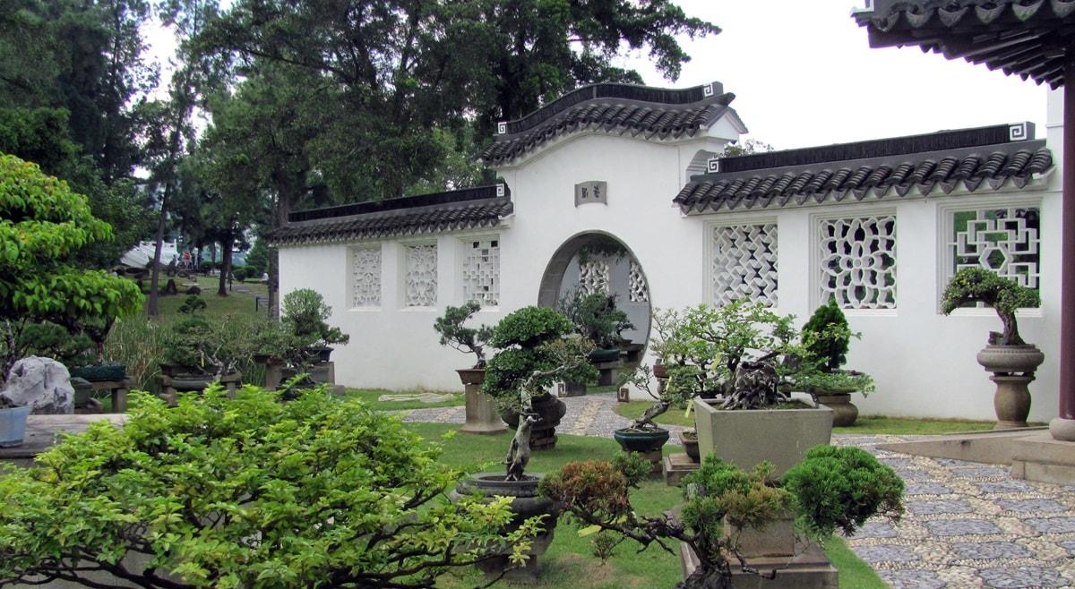 Окна в стенах в китайском саду