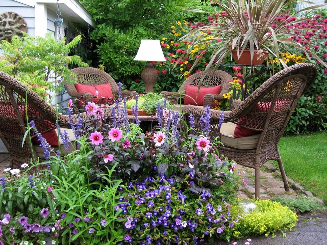 Плетеные кресла в колониальном саду