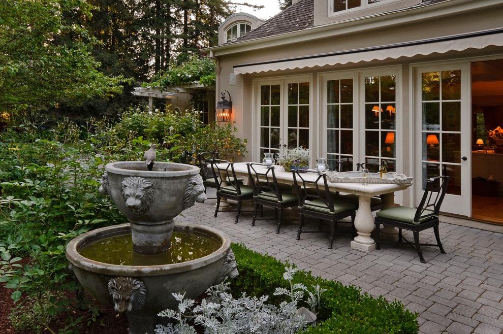 Фонтан для сада в колониальном стиле
