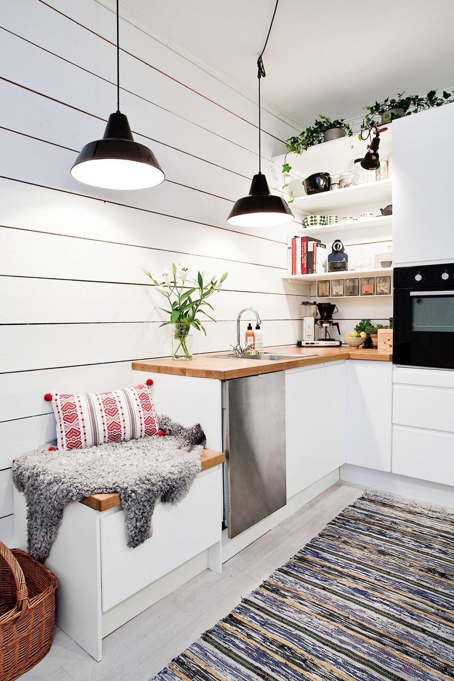 Кухня в скандинавском стиле - оформление стен деревом