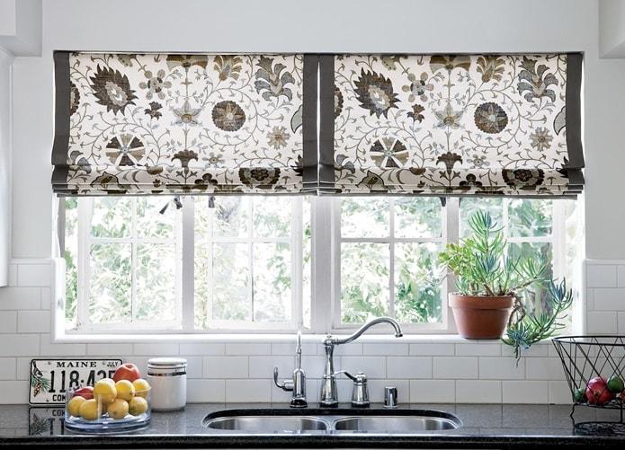 Оформление окна кухни в скандинавском стиле
