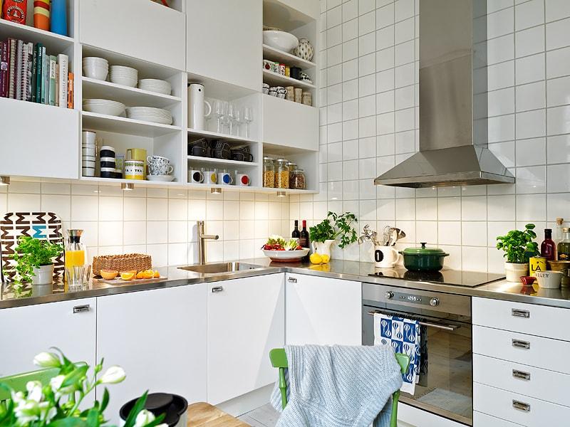 Посуда на полках кухни в скандинавском стиле
