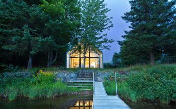 Загородный дом на берегу озера - фото