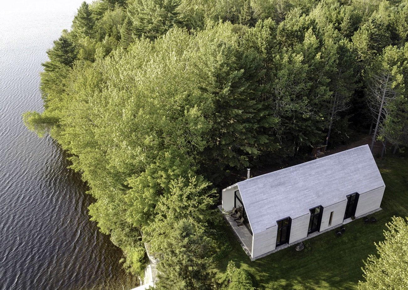 Загородный дом на берегу озера
