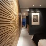 Декоративные рейки на стене в интерьере - фото (13)