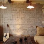 Декоративный камень в интерьере гостиной - фото (14)